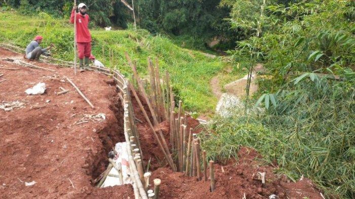 Diterjang Hujan Deras, 28 Meter Area TPU Jombang Khusus Covid-19 Longsor