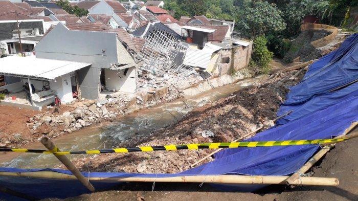 Longsor turap Kompleks Griya Satwika Telkom, Pisangan, Ciputat Timur, Tangerang Selatan (Tangsel), Senin (14/6/2021).