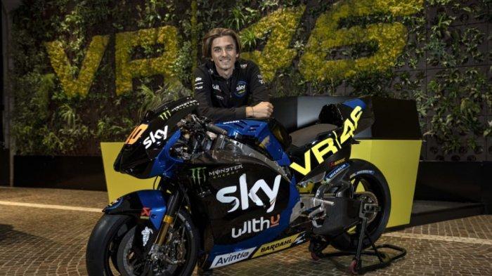 Luca Marini berpose bersama motor Ducati Desmosedici yang akan dikendarainya pada MotoGP 2021.