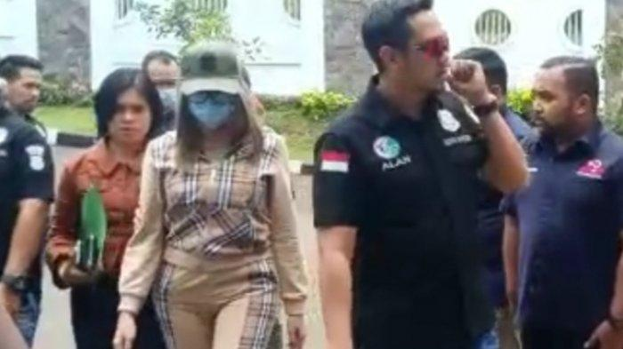 Polisi Bilang Lucinta Luna Pria di Paspor, Sang Manajer: Nih Lihat Laki atau Perempuan?