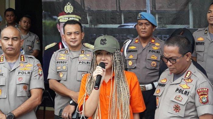 Penampilan Terkini Lucinta Luna: Wig Gimbal, Topi Hijau Hingga Baju Tahanan Warna Oranye