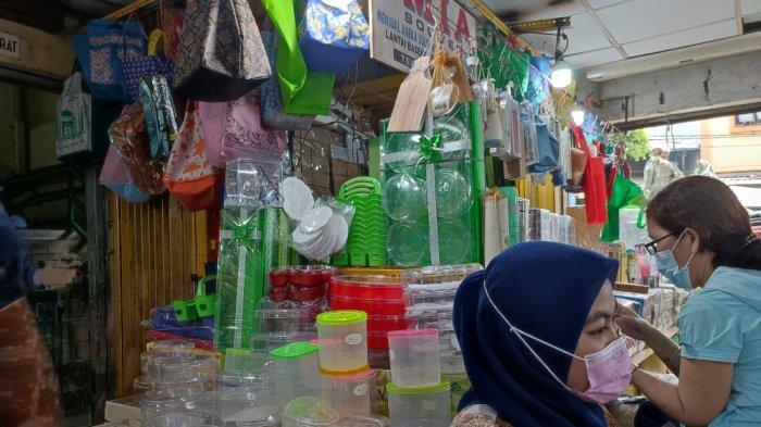 Bukan Hanya Pakaian dan Kue Kering, Toples Kue Turut Diburu Masyarakat di Pasar Jatinegara