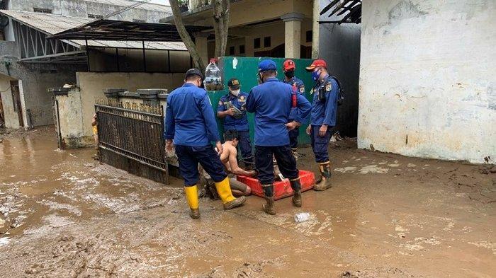 Banjir di Pejaten Timur Surut, Petugas Bantu Warga Bersihkan Lumpur