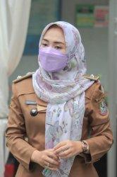 Lurah Aren Jaya Pra Fitria Angelia saat mengenakan pakaian dinas sebagai lurah.