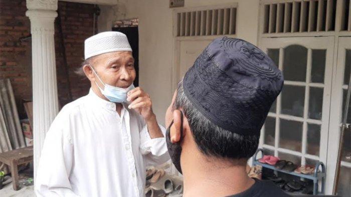 M Ali, ayah ZA, saat menemui kerabatnya di rumah Jalan Lapangan Tembak, Gang Taqwa RT 03 RW 010 Nomor 3, Kelurahan Kelapa Dua Wetan, Ciracas, Jakarta Timur, Kamis (1/4/2021).