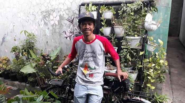 Maahir Abdullah (26) bersama sepedanya saat ditemui TribunJakarta.com di depan rumahnya di kawasan Ciracas, Jakarta Timur pada Rabu (2/6/2021).