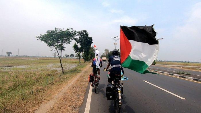 Lihat Pemuda Asal Ciracas Bersepeda Jakarta-Banyuwangi Bawa Bendera Palestina, Warga Teriak Merdeka