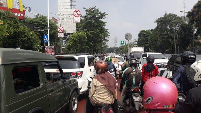 Arus lalu lintas menuju Jalan Raya Hankam, Kecamatan Cipayung, Jakarta Timur, Sabtu (15/5/2021).