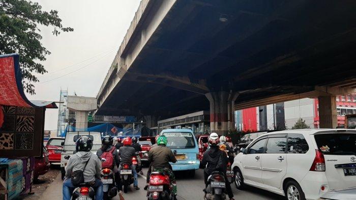 Suasana di Jalan D.I Panjaitan, Jatinegara, Jakarta Timur yang mengarah ke Cawang, Jumat (6/11/2020)
