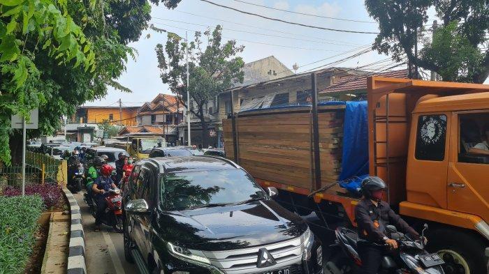 Suasana kemacetan di Jalan Raya Lenteng Agung arah Pasar Minggu imbas penyekatan pada Senin (5/7/2021).