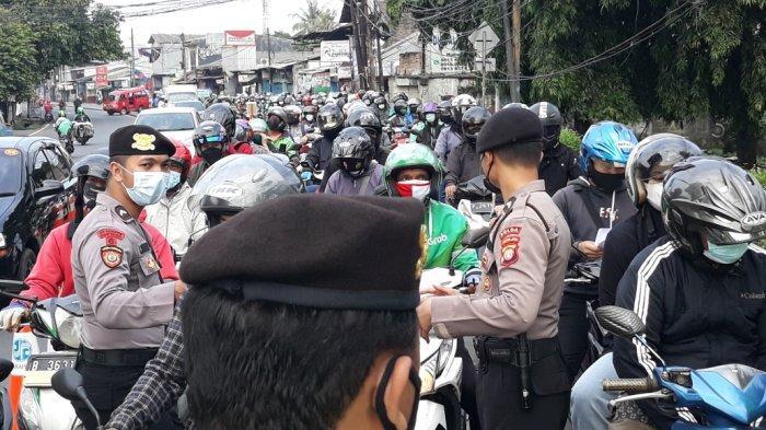 Tampak kemacetan di Jalan Raya Bogor depan PT Panasonic imbas pemeriksaan pos penyekatan PPKM Darurat, Rabu (21/7/2021).