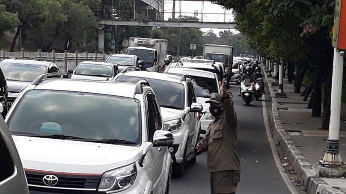 Kemacetan di Jalan Raya Pondok Gede, Kecamatan Kramat Jati menuju TMII, Jakarta Timur, Sabtu (15/5/2021).