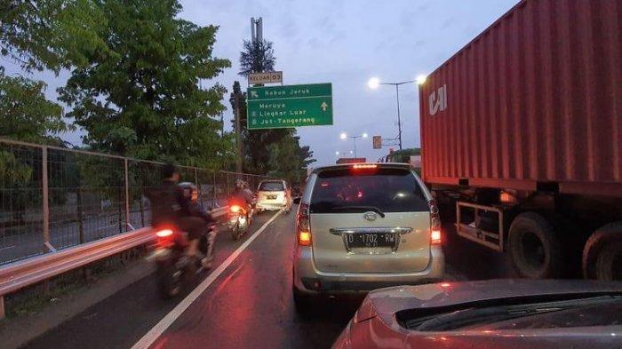 Cerita Pengendara Mobil Terjebak Berjam-jam di Tol Kebon Jeruk karena Jalan Terendam Air