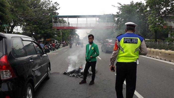 Aksi Tolak UU Cipta Kerja Mahasiswa Bakar Ban di Jalan Pemuda Rawamangun