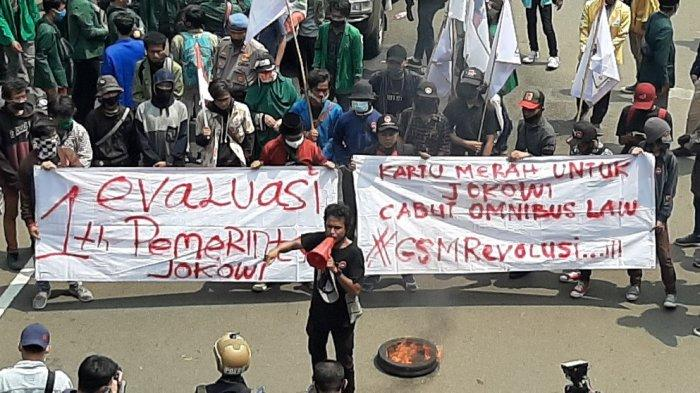 Massa mahasiswa mulai membakar ban di dekat Istana Negara, Jalan Medan Merdeka Barat, Jakarta Pusat, pada pukul 13.03 WIB, Selasa (20/10/2020).