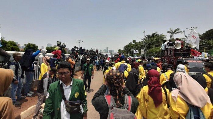 Kumpulkan Donasi Aksi Mahasiswa di DPR, Ananda Badudu Sebut Jokowi Tersandera Kepentingan Politik