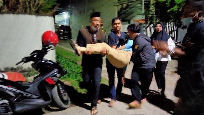 Dasriana pingsan usai mendapati putrinya QA ditemukan tewas tergantung dalam rumahnya di Komplek Bumi Tamalanrea Permai (BTP) Kecamatan Tamalanrea, Makassar, Sabtu (11/9/2021) malam