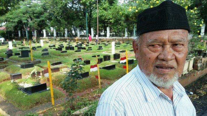 Cerita Mahmud, Pendoa Makam Selama 25 Tahun Ini Jadi Langganan Keluarga BJ Habibie dan Ali Sadikin