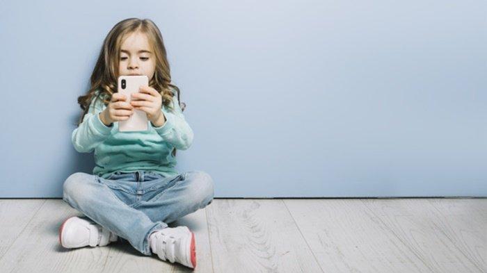 Amankah Cas Baterai Ponsel di Colokan Mobil? Ini Penjelasannya
