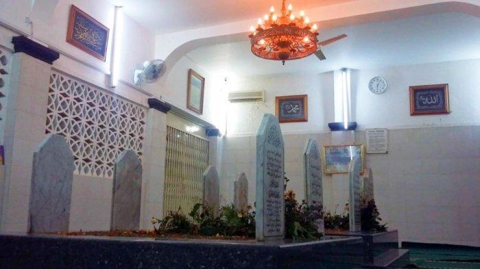 Makam almarhum habib Ali Al-Habsyi dan ketiga keturunannya, di area Masjid jamiah Al-Riyadh, Jalan Kembang VI nomor 4A, RT 01 RW 02, kelurahan Kwitang, kecamatan Senen, Jakarta Pusat, Rabu (8/5/2019).
