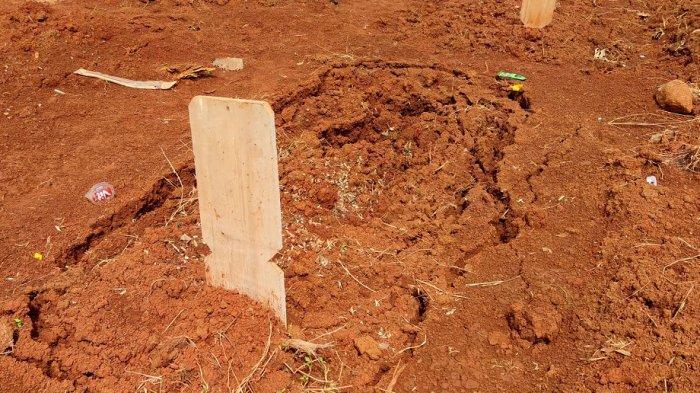 Sejumlah makam pasien Covid-19 yang amblas di TPU Pasir Putih, Sawangan, Kamis (22/7/2021).