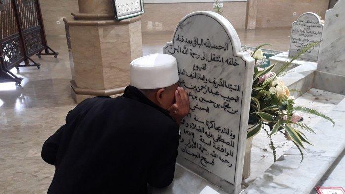 Suasana para peziarah memanjatkan doa di Makam Habib Abdurrahman bin Abdullah Al Habsyi atau disebut Habib Cikini pada Senin (12/4/2021).