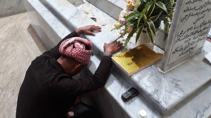 Cerita Para Peziarah Datangi Makam Habib Cikini: Minum dan Mandi Air Bertuah