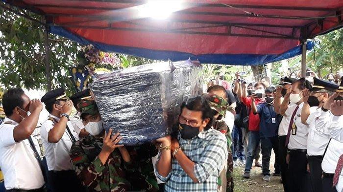Tangis Haru di Pemakaman Kapten Mirza Pilot Rimbun Air, Rekan Seprofesi Ikut Beri Penghormatan