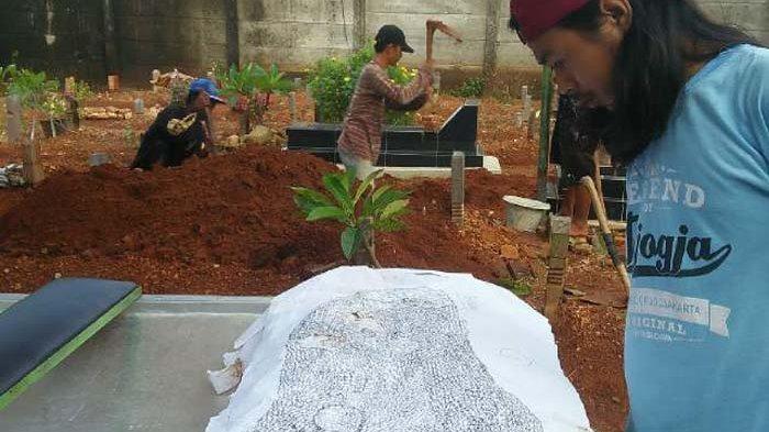 Aneh, 7 Bulan Meninggal, Kain Putih Penuh Tulisan Ditemukan Saat Makam Mantan Sopir Bupati Digali