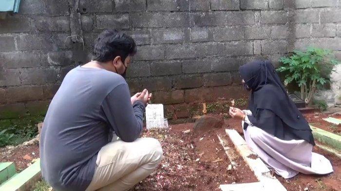 Pihak keluarga saat Trio Fauqi Virdaus (23) saat berdoa di makam Trio yang meninggal usai menerima vaksinasi Covid-19 jenis AstraZeneca di Duren Sawit, Jakarta Timur, Senin (10/5/2021).