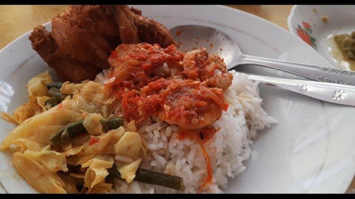 Seporsi nasi dan lauk di Rumah Makan Rinai Pambasuah Luko, disajikan lengkap dengan siraman kuah dendeng basah dan gulai gajeboh, sambal cabai hijau yang dikukus, sayuran, juga sambal jengkol.