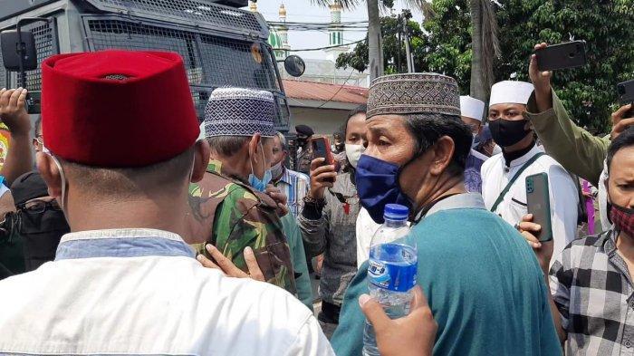 Simpatisan Rizieq Shihab memaksa masuk ke dalam PN Jakarta Timur, Jumat (26/3/2021)