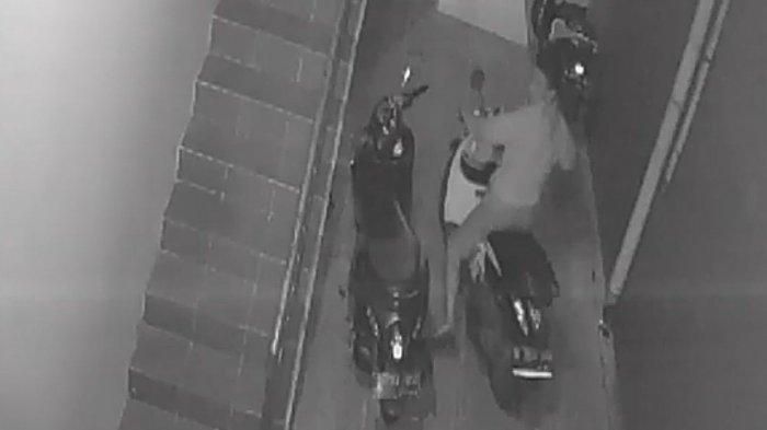 Aksinya Terekam CCTV, Terduga Maling Motor di Semper Barat Babak Belur Diamuk Massa