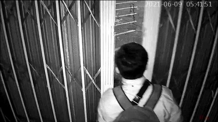 Rekaman CCTV aksi pelaku saat memasuki Kedai Kopi Transitory di Jalan Tole Iskandar, Sukmajaya, Kota Depok, Rabu (9/6/2021).