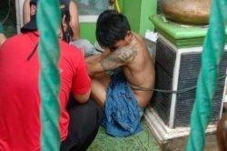 Maling sepeda motor ketika diamankan warga sekitar di Pancoran, Depok.