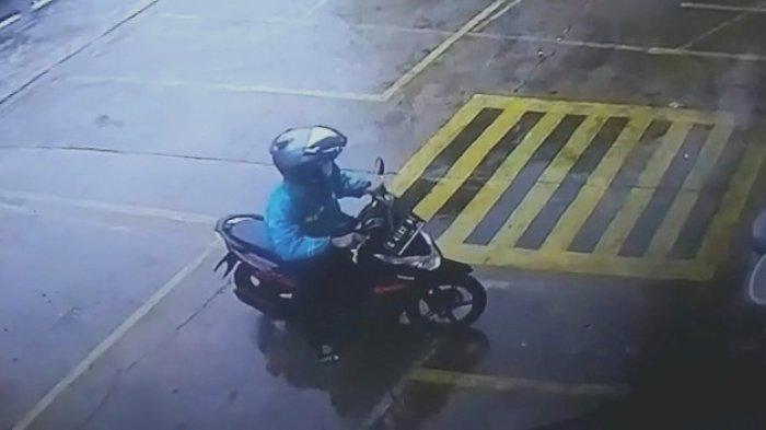 Modal Jas Hujan dan Helm, Maling Motor di Minimarket Kemayoran Leluasa Beraksi Saat Hujan Deras