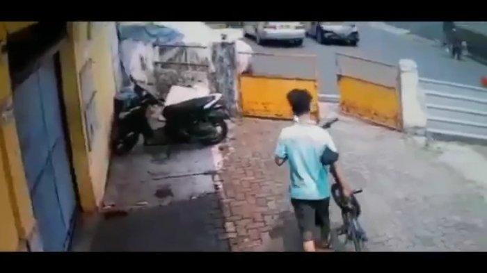 Viral Dua Pemuda Curi Sepeda Lipat di Kawasan Gambir, Aksinya Terekam CCTV