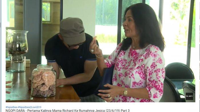 Sambangi Rumah Jessica Iskandar, Mama Richard Salfok pada Toples Rengginang di Dapur