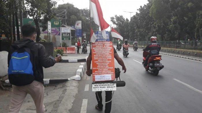 Man Rambo (57) saat mengkampanyekan bahaya narkoba di Kramat Jati, Jakarta Timur, Jumat (7/6/2019). TRIBUNJAKARTA.COM/BIMA PUTRA