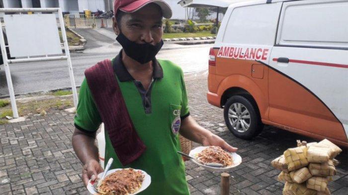 Emis (42), penjual taoge goreng, saat ditemui di seberang Kantor Pemkot Tangsel, Jalan Maruga, Ciputat, Rabu (30/6/2021).