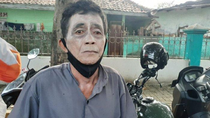Mang Obing, pemeran pocong sebelum memakai kostum di Kantor Kelurahan Setu, Tangsel, Senin (17/5/2021).