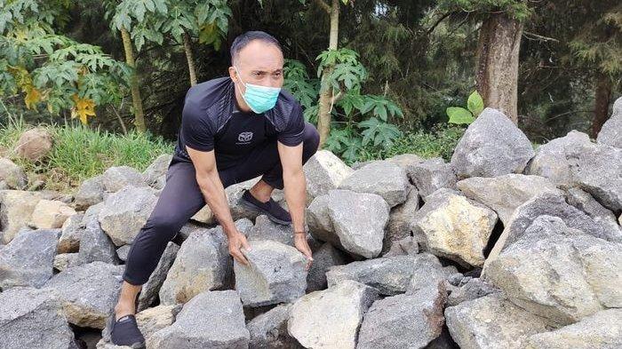 Mantan pemain timnas Indonesia dan Persib Bandung, Peri Sandria, sedang bertugas menjadi kuli batu