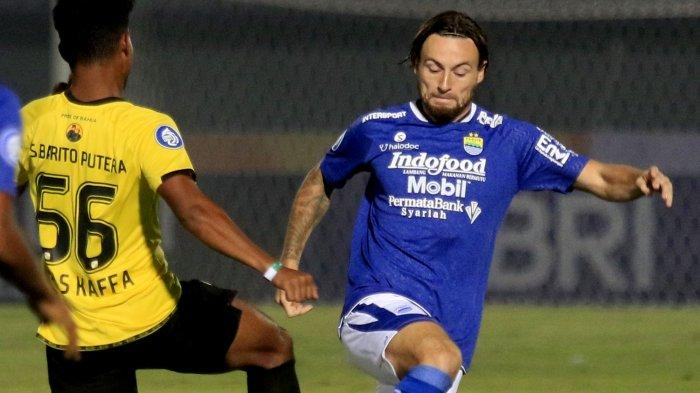 Marc Klok berusaha merebut bola dari pemain Barito Putera
