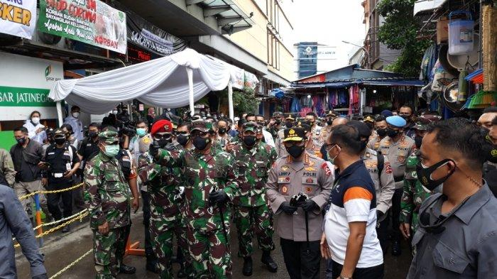 Panglima TNI Marsekal Hadi Tjahjanto dan Kapolri Jenderal Listyo Sigit Prabowo saat membagikan masker di Pasar Bali Mester Jatinegara, Jakarta Timur, Minggu (31/1/2021).