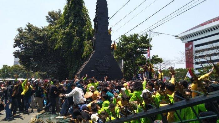 Unjuk Rasa Mahasiswa di Semarang, Gerbang Kantor Gubernur Jawa Tengah Jebol