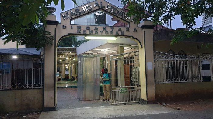 Masjid Al Hidayah Dirgantara Kemayoran, jelang Hari Raya Idul Adha 1442 H terpantau pada Senin (19/7/2021). Besok, Selasa (20/7/2021), Masjid Al Hidayah Dirgantara akan menggelar Salat Idul Adha dengan protokol kesehatan sangat ketat, di mana jemaah hanya 100 orang.