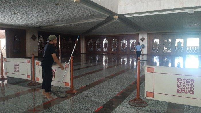 Persiapan di Masjid Agung At Tin jelang salat tarawih di bulan Ramadan, Senin (13/4/2021)