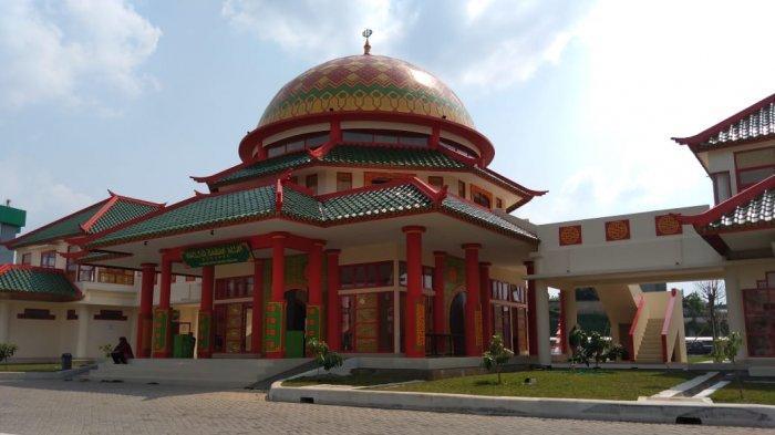Masjid Babah Alun yang berada di samping pintu gerbang Tol Desari, Cilandak, Jakarta Selatan.