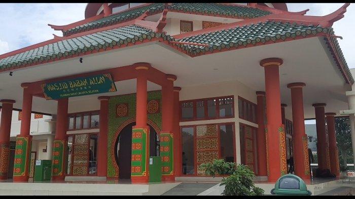 Masjid Babah Alun Desari, masjid unik dengan bangunan bernuansa oriental. Arsitekturnya diambil dari akulturasi 3 budaya, yakni budaya Tionghoa, Arab, dan Betawi sebagai simbol keberagaman.