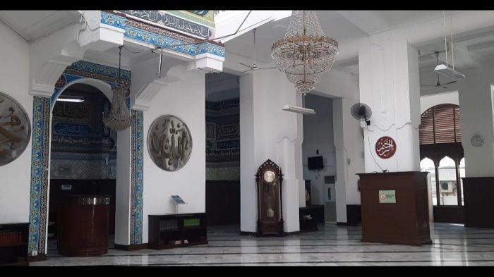 Wisata religi di Jakarta, bisa berkunjung ke Masjid Cut Meutia. Masjid ini adalah salah satu masjid bersejarah di Jakarta Pusat.